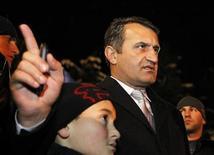 Кандидат в президенты Анатолий Бибилов ждет объявления результатов второго тура выборов в Цхинвали, 28 ноября 2011 г. Кандидат Кремля, проигрывающий президентские выборы в мятежной грузинской автономии Южной Осетии, оспорил их результаты в местном суде. Его соперница Алла Джиоева объявила о своей победе. REUTERS/Eduard Korniyenko