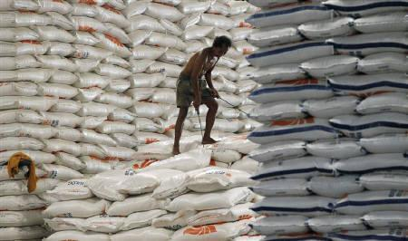 A worker unloads sacks of rice from a warehouse that belongs to Indonesia's state procurement agency, Bulog, for distribution to the nation's provinces, in Jakarta May 13, 2011.   REUTERS/Supri/Files