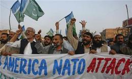 """Сторонники религиозной политической партии """"Джамаат-э-Ислами"""" протестуют против атак НАТО, 27 ноября 2011 г. Воздушный удар сил НАТО по приграничной области Пакистана, унесший более 20 жизней, грозит серьезно осложнить кооперацию двух сторон по установлению мира в Афганистане, сообщил в понедельник представитель пакистанской армии. REUTERS/Khuram Parvez"""