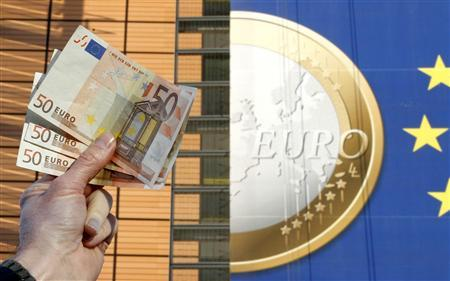 A picture illustration shows euro banknotes outside the European Commission headquarters in Brussels November 28, 2011.  REUTERS/Francois Lenoir (