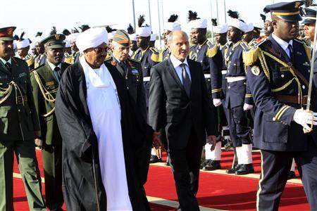Sudan President Omar al-Bashir welcomes Libya's National Transitional Council (NTC) leader Mustafa Abdel Jalil (C) upon his arrival at Khartoum Airport November 25, 2011. REUTERS/ Mohamed Nureldin Abdallah