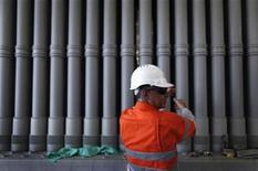 Рабочий стоит около труб на зоводе под Брисбеном, 31 октября 2011 года. Один из крупнейших в мире производителей труб ТМК в январе-сентябре 2011 года увеличил чистую прибыль по МСФО в 2,7 раза по сравнению с тем же периодом прошлого года за счет роста цен и улучшения структуры сортамента продукции. REUTERS/Tim Wimborne