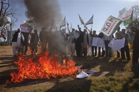 Supporters of Mutahida Qabail Party (MQP) burn the NATO flag while shouting anti-American slogans during a protest rally in Islamabad November 29, 2011. REUTERS/Faisal Mahmood