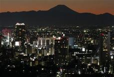 Вид на гору Фудзи на юго-западе Токио, 20 декабря 2009 г. Ресторанный рейтинг Michelin назвал Токио кулинарной столицей мира после присуждения заведениям японской столицы большего количества звезд, чем какому-либо другому городу мира, вот уже пятый год подряд. REUTERS/Toru Hanai