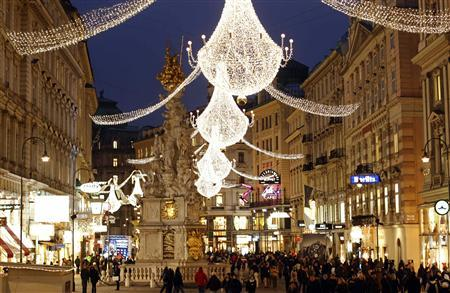 Christmas lights illuminate Vienna's city centre Am Graben November 24, 2011. REUTERS/Lisi Niesner