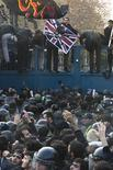 Протестующие пытаются ворваться в посольство Великобритании в Тегеране, 29 ноября 2011 г. Толпа протестующих против введения санкций против Ирана ворвалась на территорию посольского комплекса Великобритании в Тегеране, разбивая окна и сжигая британские флаги, показало иранское ТВ в прямом эфире. REUTERS/Raheb Homavandi