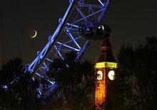 Часть колеса обозрения London Eye на фоне Биг Бена в Лондоне, 27 ноября 2011 г. Суд отменил требование Министерства внутренних дел Великобритании о депортации россиянки Екатерины Затуливетер, обвиняемой в шпионаже в пользу РФ. REUTERS/Chris Helgren