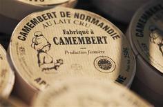 Caixa do queijo francês Camembert, na  La Ferme de la Heronniere, da vila Camembert, na França.  O debate sobre qual Camembert macio e salgado é o verdadeiro queijo da Normandia poderá ir para os tribunais. 09/09/2011  REUTERS/Regis Duvignau