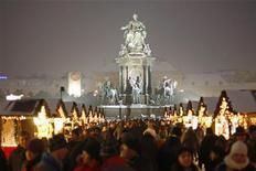 Люди делают покупки на традиционном рождественском базаре на площади Марии Терезы в Вене 21 декабря 2010 года. Отличная инфраструктура, безопасность на улицах и качественные услуги в здравоохранении позволили Вене стать лучшим городом для проживания, свидетельствуют результаты исследования консалтинговой группы Mercer. REUTERS/Lisi Niesner