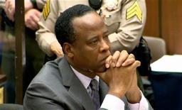 O doutor Conrad Murray escuta a sentença proferida pelo juiz Michael Pastor de 4 anos de prisão pela acusação de homicídio culposo na morte de Michael Jackson, em Los Angeles, nos Estados Unidos, nesta terça-feira. 29/11/2011 REUTERS/CNN/Pool