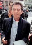 """<p>Imagen de archivo del ex beatle George Harrison a las afueras de la Corte Suprema de Londres, mayo 6 1998. Un amplificador utilizado por George Harrison durante las grabaciones de los discos de los Beatles """"Revolver"""" y """"Sgt. Pepper's Lonely Hearts Club Band"""", podría alcanzar un precio estimado de entre 50.000 a 70.000 libras esterlinas (80.000 a 110.000 dólares) en una subasta. REUTERS/Kieran Doherty</p>"""