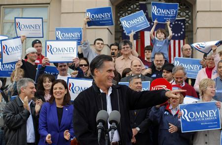 Mitt Romney holds a campaign rally on the steps of City Hall in Nashua, New Hampshire, November 20, 2011.   REUTERS/Brian Snyder