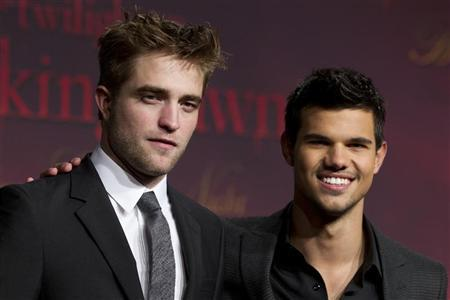 Cast members Robert Pattinson (L) and Taylor Lautner pose before the German premiere of the movie ''Twilight Saga: Breaking Dawn'' in Berlin November 18, 2011.   REUTERS/Thomas Peter