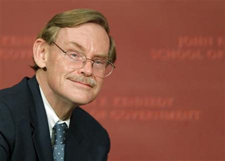 Robert Zoellick, president of the World Bank Group, takes his seat before delivering the 2011 McNamara Lecture on War and Peace at the John F. Kennedy School of Government at Harvard University in Cambridge, Massachusetts November 29, 2011.  REUTERS/Brian Snyder