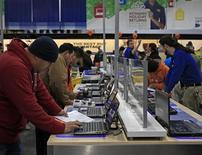 """Покупатели смотрят ноутбуки в магазине Best Buy в штате Массачусетс, 25 ноября 2011 года. Онлайн-продажи в США в """"киберпонедельник"""" достигли рекорда большей частью за счет универмагов и магазинов, продающих товары для дома. REUTERS/Adam Hunger"""