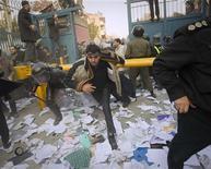 Полиция преследует протестующих, вторгшихся на территорию посольства Великобритании в Тегеране, 29 ноября 2011 г. Великобритания отозвала дипломатический корпус из Тегерана после того, как толпа протестующих штурмом взяла два посольских комплекса Великобритании в Тегеране во вторник, сообщили Рейтер источники в западных дипломатических кругах. REUTERS/Stringer Iran