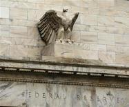 Здание ФРС США в Вашингтоне, 15 декабря 2009 года. Экономика США росла умеренными темпами в последние недели, но наем сотрудников остается вялым, а активность на рынке недвижимости по-прежнему ослаблена, сообщила в среду Федеральная резервная система США. REUTERS/Hyungwon Kang