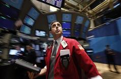 Трейдер следит за ходом торгов на бирже в Нью-Йорке, 30 ноября 2011 года. Американские акции взлетели в среду, после того, как мировые центробанки договорились снизить стоимость существующих долларовых кредитов для проблемных европейских банков, чтобы не допустить превращения европейских долговых проблем в полномасштабный кредитный кризис. REUTERS/Brendan McDermid (UNITED STATES - Tags: BUSINESS)