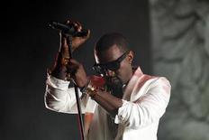 """Рэппер Канье Уэст выступает на музыкальном фестивале в Рабате, 21 мая 2011 года. Рэппер Канье Уэст опередил других музыкантов по числу номинаций на престижную премию """"Грэмми"""", которая пройдет в Лос-Анджелесе. REUTERS/Youssef Boudlal"""