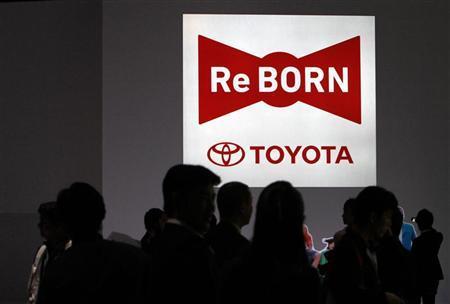 People visit Toyota Motor Corp booth at the 42nd Tokyo Motor Show in Tokyo November 30, 2011.   REUTERS/Toru Hanai