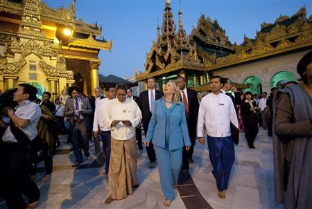 U.S. Secretary of State Hillary Clinton tours the Shwedegon Pagoda in Yangon December 1, 2011.  REUTERS/Saul Loeb/Pool