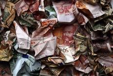 Мятые банкноты различных валют в Загребе 18 января 2011 года. Российская банковская систем более уязвима к макроэкономическим шокам, чем это показывают стресс-тесты ЦБР, и может потерять больше капитала из-за проблем, замаскированных в реструктурированных кредитах, объем которых превышает 1,5 триллиона рублей, считает Международный валютный фонд. REUTERS/Nikola Solic
