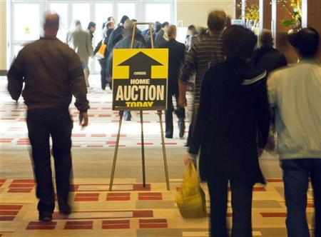 Potential buyers arrive for an auction in Boston of hundreds of foreclosed homes from Massachusetts and New Hampshire March 7, 2009.  REUTERS/Brian Snyder