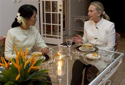 U.S. Secretary of State Hillary Clinton and pro-democracy leader Aung San Suu Kyi talk as they have dinner at the U.S. Chief of Mission Residence in Rangoon, December 1, 2011. REUTERS/Saul Loeb/Pool