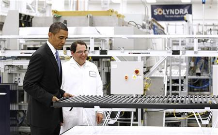 President Obama lifts a solar panel as he tours Solyndra, Inc., a solar panel manufacturing facility in Fremont, California, May 26, 2010.    REUTERS/Kevin Lamarque