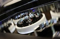 Торговый зал Франкфуртской фондовой биржи, 8 августа 2011 года. Европейские акции закрылись на отрицательной территории в четверг, после того как ключевому индексу не удалось пробить значимый уровень сопротивления и инвесторы стали фиксировать прибыль от ралли предыдущей сессии. REUTERS/Kai Pfaffenbach
