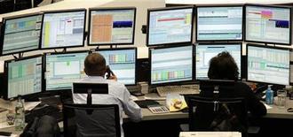 Трейдеры работают в торговом зале Франкфуртской фондовой биржи, 1 декабря 2011 года. Европейские рынки акций открылись резким ростом в пятницу и могут завершить неделю максимальным недельным приростом за три года благодаря надеждам на хорошие данные о занятости в США и прогресс в решении кризиса еврозоны. REUTERS/Remote/Pawel Kopczynski