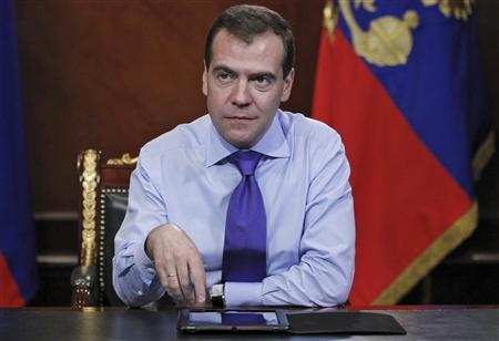 Russia's President Dmitry Medvedev is pictured with his tablet PC before addressing citizens prior to the parliamentary elections, at the Gorki presidential residence outside Moscow December 2, 2011.  REUTERS/Dmitry Astakhov/RIA Novosti/Kremlin