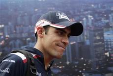 Piloto da Williams na Fórmula 1 Pastor Maldonado, na terceira sessão de treino do Grande Prêmio de Cingapura. A escuderia britânica Williams confirmou nesta quinta-feira a participação do venezuelano Pastor Maldonado no campeonato mundial da Fórmula 1 em 2012, o que significa um importante patrocínio para o grupo. 24/09/2011   REUTERS/Tim Chong