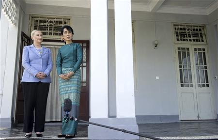 Pro-democracy leader Aung San Suu Kyi (R) and U.S. Secretary of State Hillary Clinton speak after meeting at Suu Kyi's residence in Yangon December 2, 2011.  REUTERS/Saul Loeb/Pool