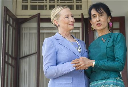 U.S. Secretary of State Hillary Clinton (L) looks at Myanmar's pro-democracy opposition leader Aung San Suu Kyi as she speaks to the media at Suu Kyi's residence in Yangon December 2, 2011.  REUTERS/Saul Loeb/Pool