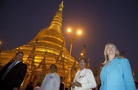 U.S. Secretary of State Hillary Clinton tours Shwedegon Pagoda in Yangon December 1, 2011. CREUTERS/Saul Loeb/Pool