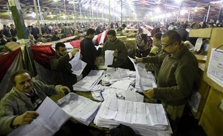 Electoral workers count ballots after voting closed at a center for vote counting during the second day of parliamentary elections in Alexandria, November 29, 2011. REUTERS/Mohamed Abd El-Ghany