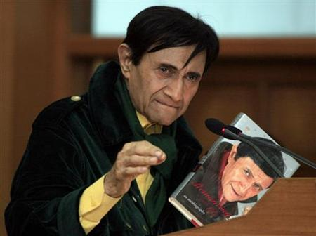 Veteran Bollywood actor Dev Anand speaks during the release of his autobiography ''Romancing with Life'' in New Delhi September 26, 2007. REUTERS/B Mathur/Files