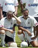 Sócrates posa para foto ao lado do ex-presidente Luiz Inácio Lula da Silva antes de partida em 2005: jogador morreu neste domingo em São Paulo aos 57 anos. REUTERS/Jamil Bittar/Files