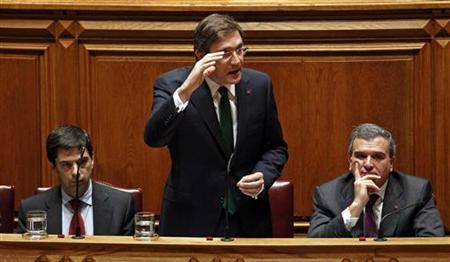 Portugal's Prime Minister Pedro Passos Coelho (C) answers a question as his Parliamentary Affairs Minister Miguel Relvas (R) and Finance Minister Vitor Gaspar look on during the discussion of the 2012 state budget at the parliament in Lisbon November 10, 2011.  REUTERS/Jose Manuel Ribeiro