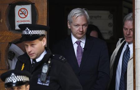 WikiLeaks founder Julian Assange leaves the High Court in London December 5, 2011.    REUTERS/Suzanne Plunkett