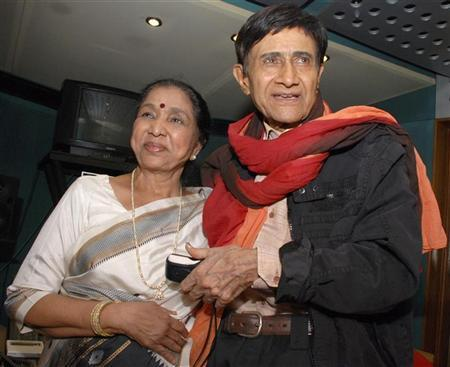 Veteran Bollywood actor Dev Anand (R) and singer Asha Bhosle pose for a picture at a studio in Mumbai October 10, 2008. REUTERS/Manav Manglani