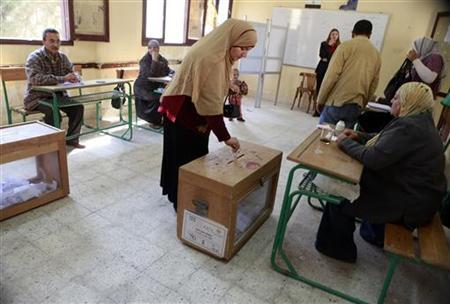 A woman casts her vote during the first day of the parliamentary run-off elections in Cairo December 5, 2011. REUTERS/Asmaa Waguih
