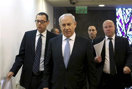 Israel's Prime Minister Benjamin Netanyahu and Cabinet Secretary Zvi Hauser (L) arrive to the weekly cabinet meeting in Jerusalem December 4, 2011. REUTERS/Gali Tibbon/Pool