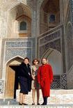 Первая леди США Хиллари Клинтон (справа), жена президента Узбекистана Татьяна Каримова и его дочь Гульнара Каримова (в центре) позируют фотографам в Узбекистане 13 ноября 1997 года в ходе пятидневного тура супруги американского президента Билла Клинтона по бывшему СССР. Сенат Узбекистана проголосовал в понедельник за сокращение до пяти лет с семи президентского срока, хотя неясно, затронет ли новация действующего лидера Ислама Каримова или только его преемников во главе самой населенной страны Центральной Азии. REUTERS/Shamil Zhumatov.