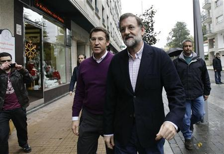 Spain's People's Party (Partido Popular) leader and incoming Prime Minister Mariano Rajoy (C) arrives for a meeting with people from his party in Pontevedra, northern Spain December 3, 2011.  REUTERS/Miguel Vidal