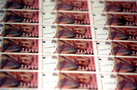 File photo - Freshly printed new 200 francs banknotes are displayed at the Bank de France headquarters in Paris prior to its presentation to the press, October 18 1996. Reuters/File
