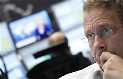 Трейдер работает в торговом зале Франкфуртской фондовой биржи, 2 ноября 2011 года. Европейские рынки акций открылись снижением котировок во вторник после предупреждения агентства S&P о возможном сокращении кредитных рейтингов сразу 15 стран еврозоны, если лидеры ЕС не смогут придумать план выхода из долгового кризиса на саммите в пятницу. REUTERS/Alex Domanski