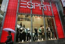 Мужчина проходит мимо магазина Esprit в Гонконге, 30 января 2008 года. Исполнительный и главный финансовый директор Esprit Holdings Ltd ушел в отставку из-за невозможности совершать частые поездки в Европу, после чего акции ритейлера рухнули на 10 процентов. REUTERS/Bobby Yip