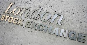 Вывеска на здании Лондонской фондовой биржи в центре Лондона, 22 мая 2008 г. Лондонская фондовая биржа и объединенная российская биржа ММВБ-РТС хотят наладить стратегическое партнерство с Казахстанской фондовой биржей KASE, сообщила Financial Times во вторник. REUTERS/Luke MacGregor